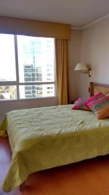 Helles Schlafzimmer mit einem 2. Balkon