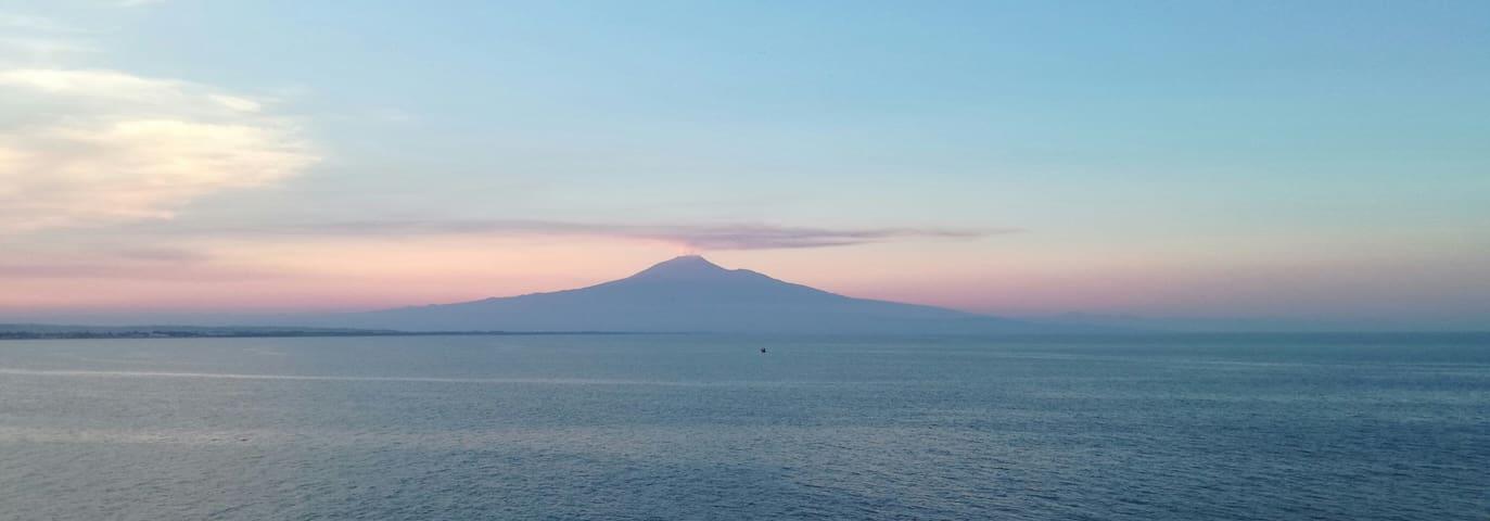 L'Etna e la sua nuvola di fumo