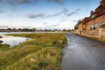BOSHAM WATERFRONT, 5 minutes walk.  Circle around estuary at low tide for beautiful stroll.