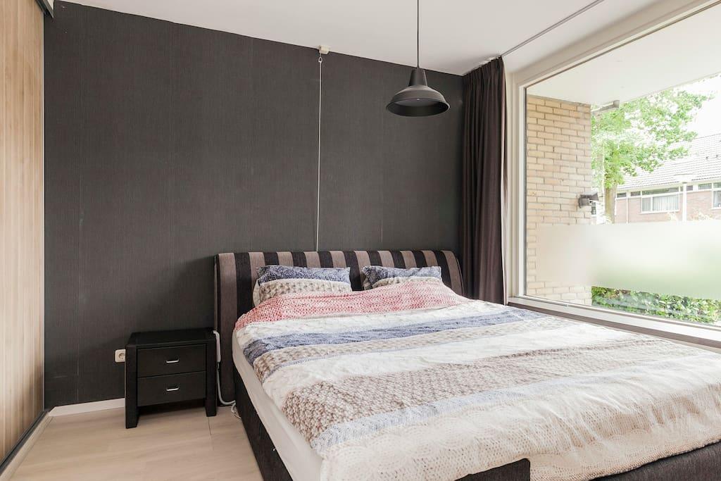 Lichte en ruime slaapkamer met