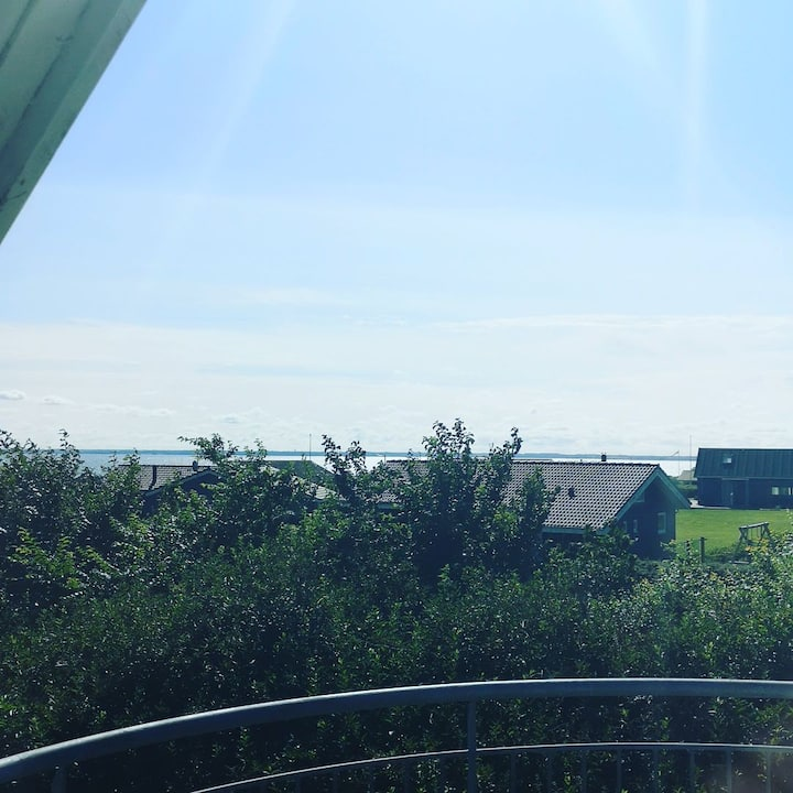 Hyggelig lejlighed med fjord udsigt og terrasse