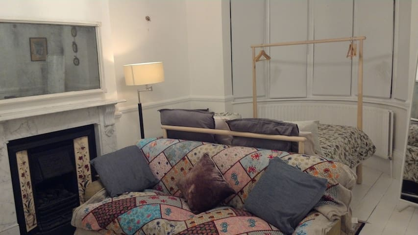 Very Large Bedroom in beautiful Victorian House - London - House