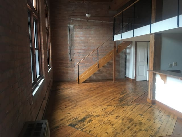Five Star 1,000 sqft. Loft - Spacious