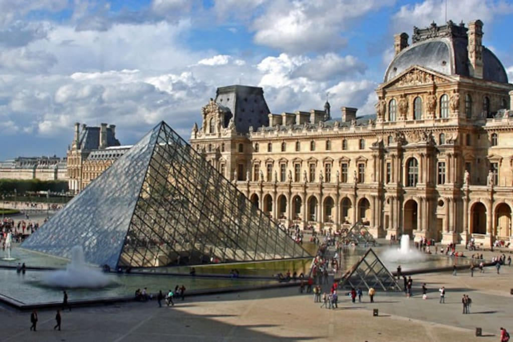 Louvre Museum 2 minutes away !