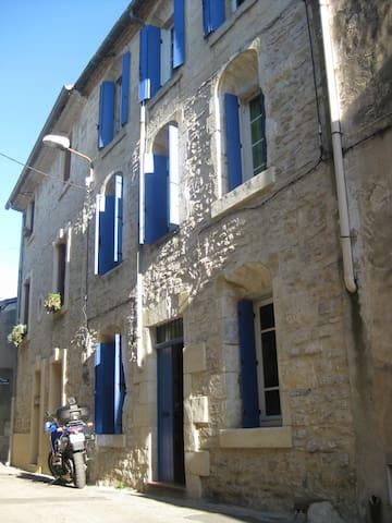 Stadthaus mit Hof und Terrasse ( 110qm) - Lunel - Casa