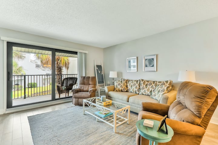 New listing! Lovely, oceanfront condo w/ shared pool, tennis - easy beach access