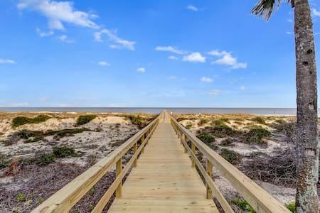 Beachfront Condo- Amazing views from decks - 費南迪納比奇(Fernandina Beach) - 連棟房屋