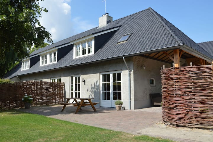 High quality holiday home completely in ballooning theme and nearby the Efteling