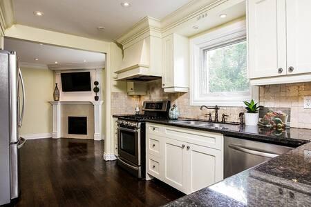 Beautiful Modern Home in the Heart of Brampton - 브램턴(Brampton)