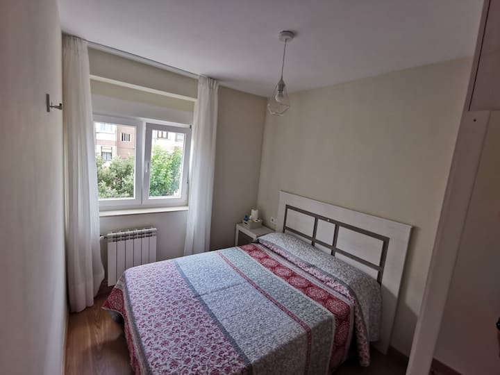 Habitación básica y cómoda