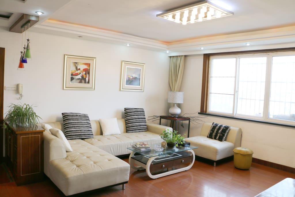 客厅有5米大窗,客厅有45平米,极其宽敞