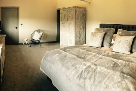 Boutique en-suite within stunning Barn conversion - Colwall