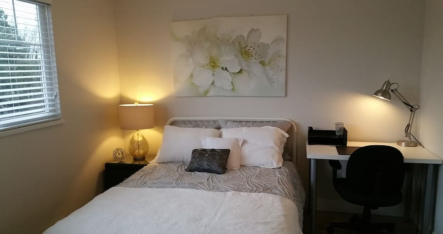 Bright Beautiful Private Room, 1 mins from transit