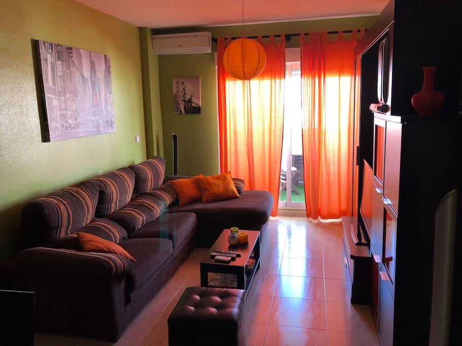 Amplio salón con sofá chaislonge muy cómodo convertible en cama