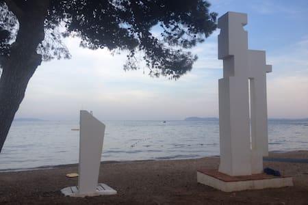 Hyères / plage privée/ F 3