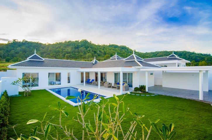 Hua Hin Modern Villa, 2 KM to Beach Falcon Hill