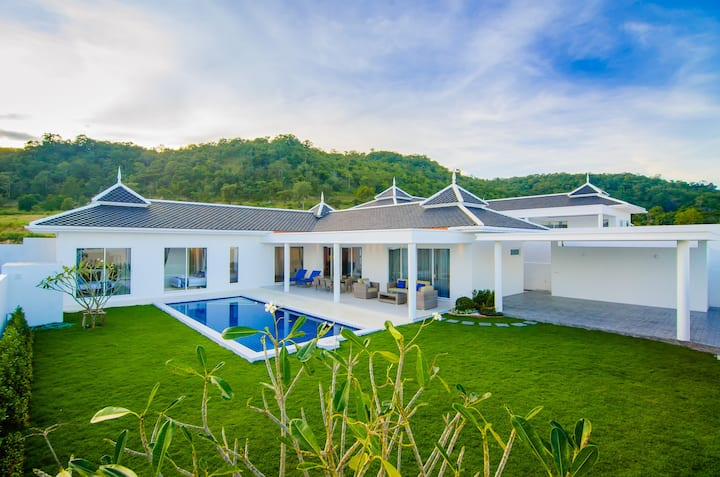 Hua Hin Modern Villa, 2 KM to Beach Falcon Hill