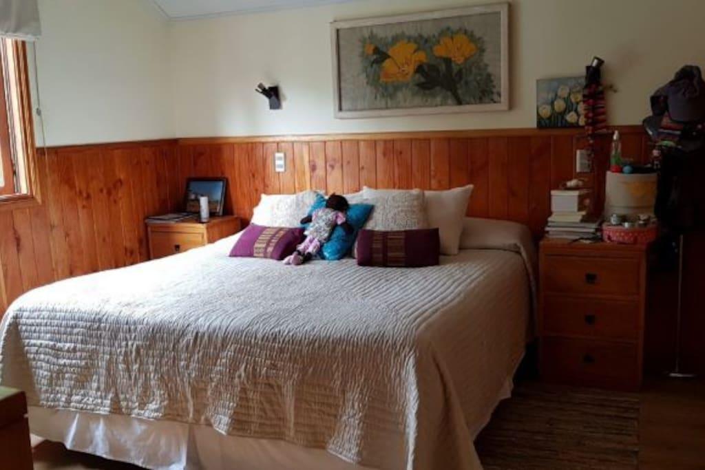 Habitación principal (cama doble) con TV y clóset en segundo piso.
