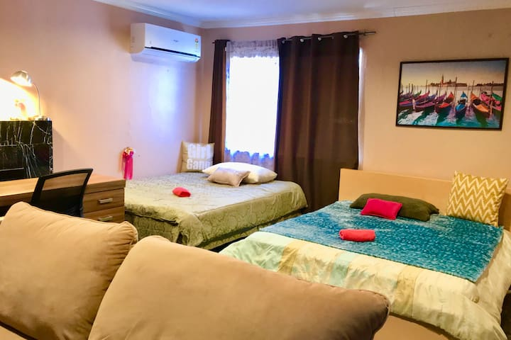 FEMALES Home ~ pvt Spacious Comfy Room & Kitchen