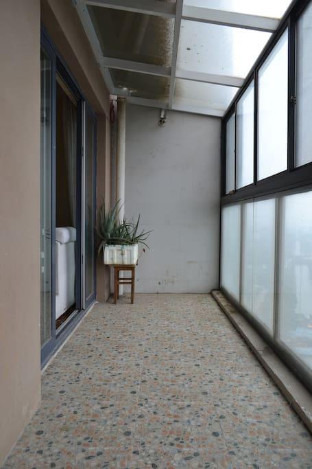 从客厅到卧室连通的阳台,这里是客厅的外面