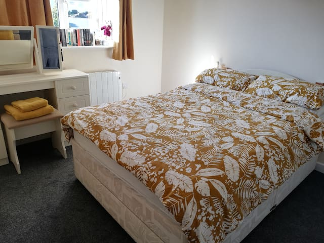 Spacious double room close to Eden project.