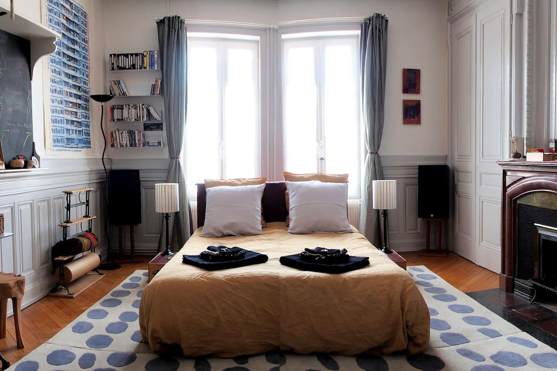 Votre chambre, spacieuse et claire avec ses fenêtres au calme sur cour
