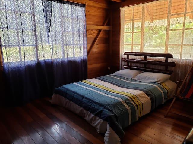 Dormitorio # 1 con cama matrimonial, colchón semi ortopédico para su comodidad y baño compartido