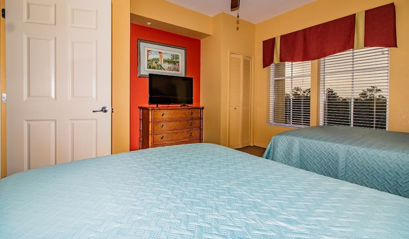 Second Bedroom (2 Full Beds/Memory Foam Mattresses/Independent Bathroom/Smart TV)