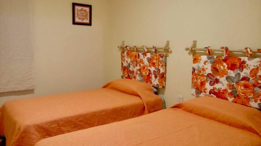 Habitación 2 - camas individuales - guardaropa