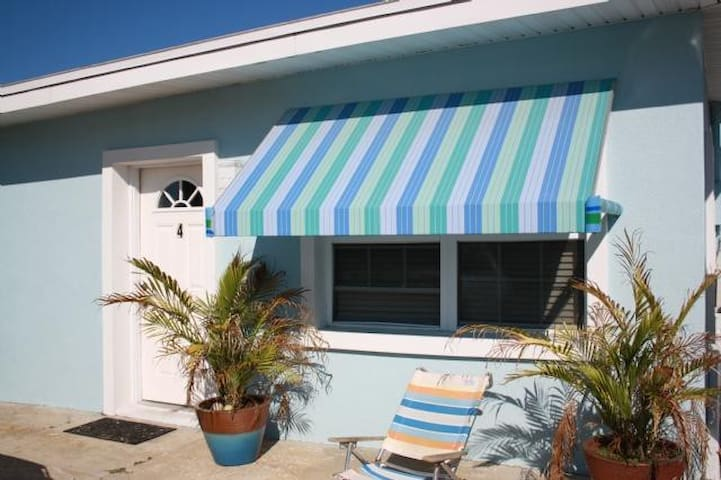 Two Palms- Adorable 1 Bedroom cottage just steps from the ocean - Saint Augustine Beach - Cabaña