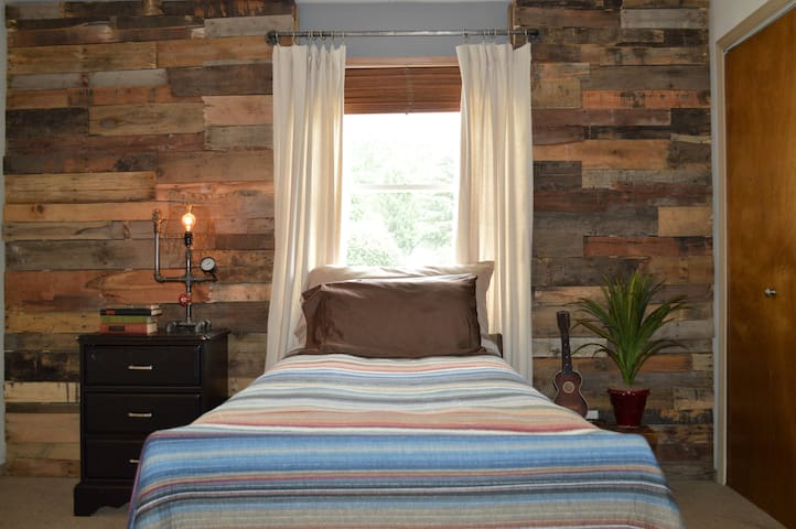 Private, rustic fully accessible retreat