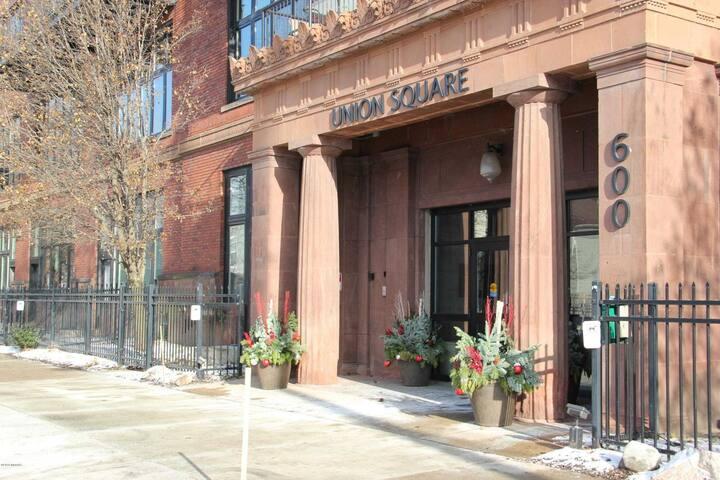 Downtown Corner Unit in Hip West Side - Large Deck