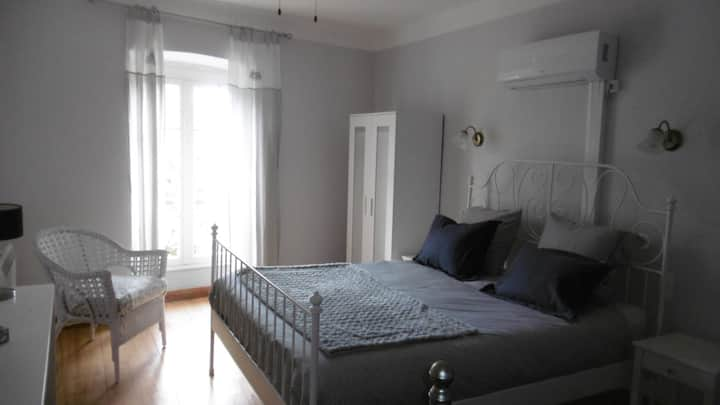 Riverside Gardens B&B Aircon Queen-double + single central Limoux Great views. Elevator access