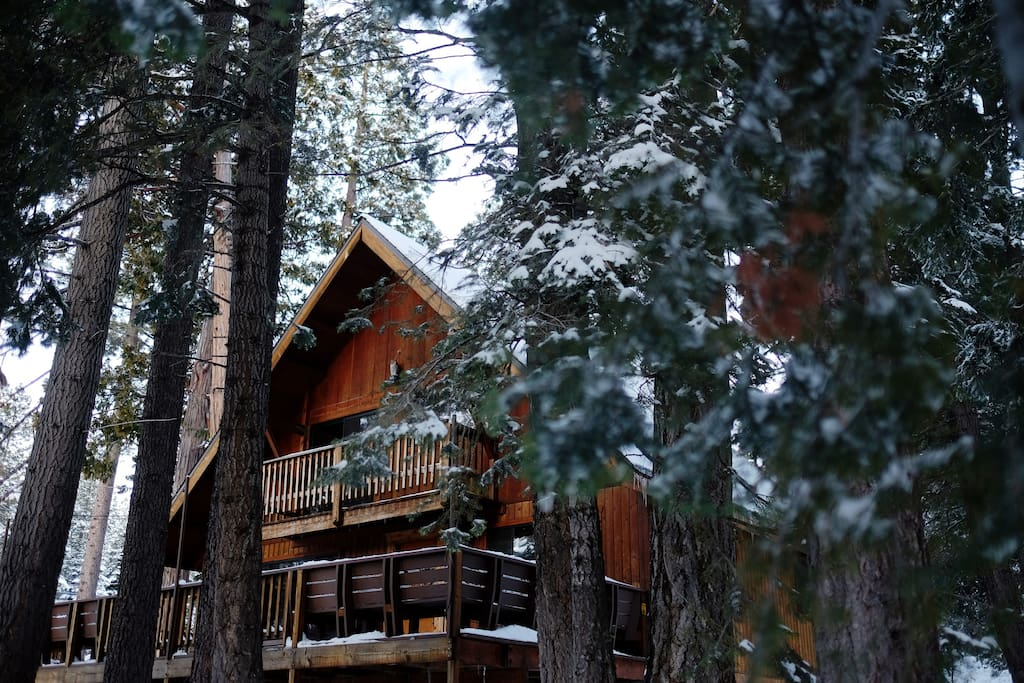Inviting cabin with front deck complete with peek lake views.