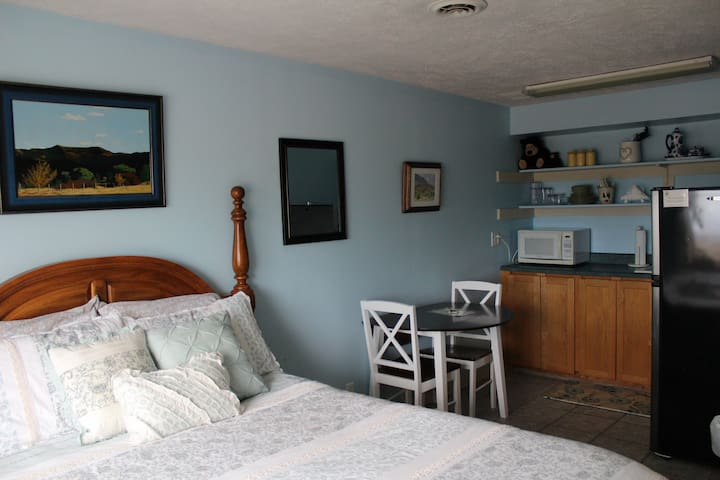 The Lazy Inn Bed and Breakfast - Cottage Room