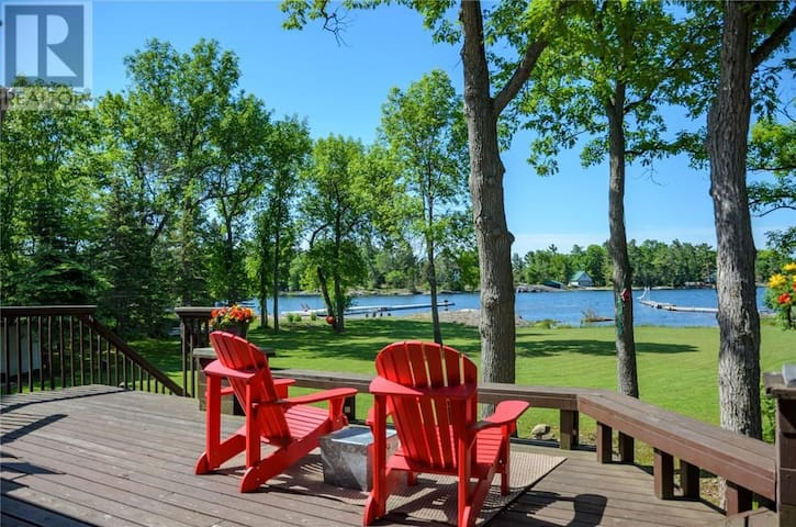 Stunning Lakehouse in Beautiful Honey Harbour