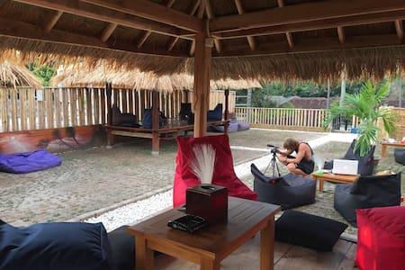 BORNEO HOMESTAY  1 people dorm room - Senggigi - Bed & Breakfast