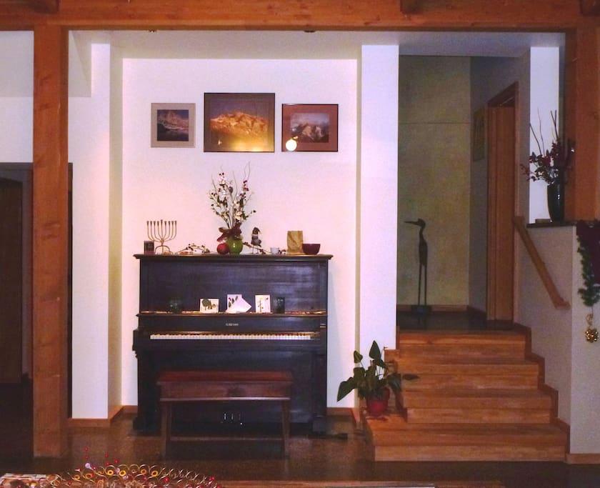 Main floor -piano niche
