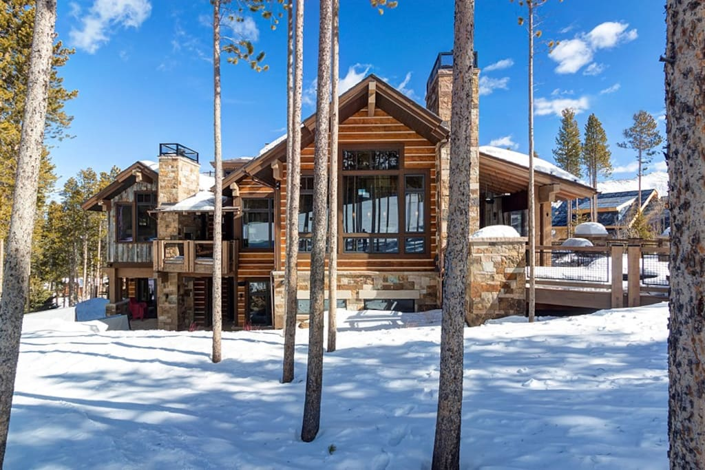 This sprawling Mountain mini-resort with spacious decks and patios is a true ski-in/ski-out property located directly on Trygve's Run
