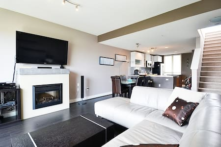 Spacious 2BD 3BTH townhouse - North Vancouver