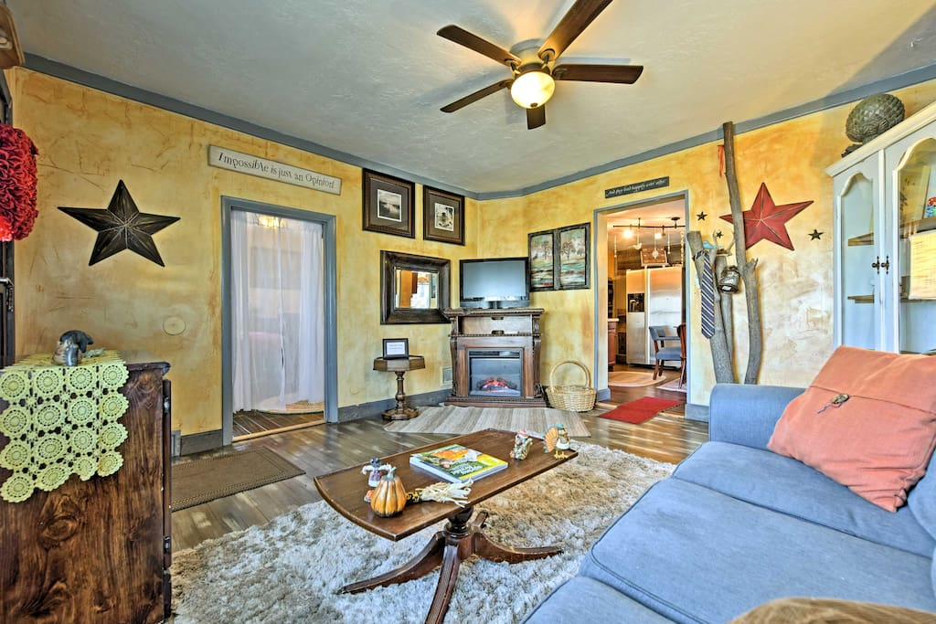 The whimsical decor in the living room makes this a fun vacation getaway!