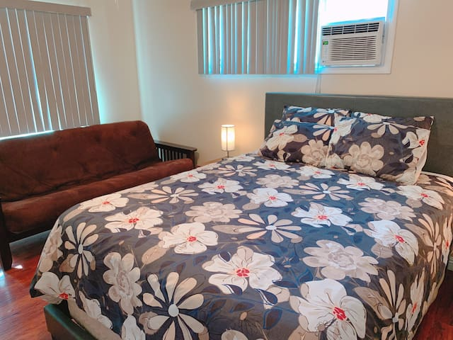 Bedroom w private bath, w parking, walk to Disney