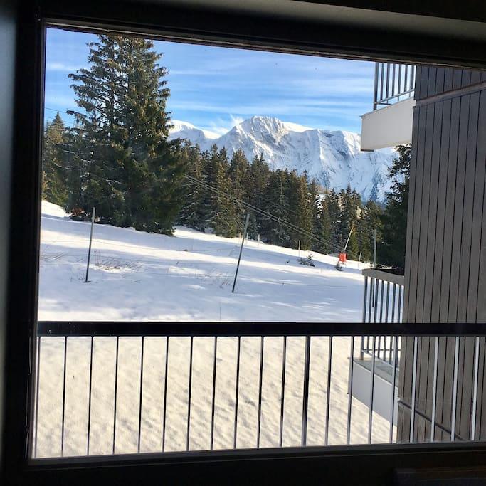 Pièce à vivre, vue directe sur les pistes en hiver