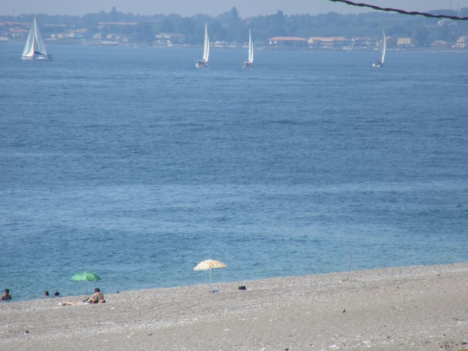 Il mare antistante e vista delporto di Riposto