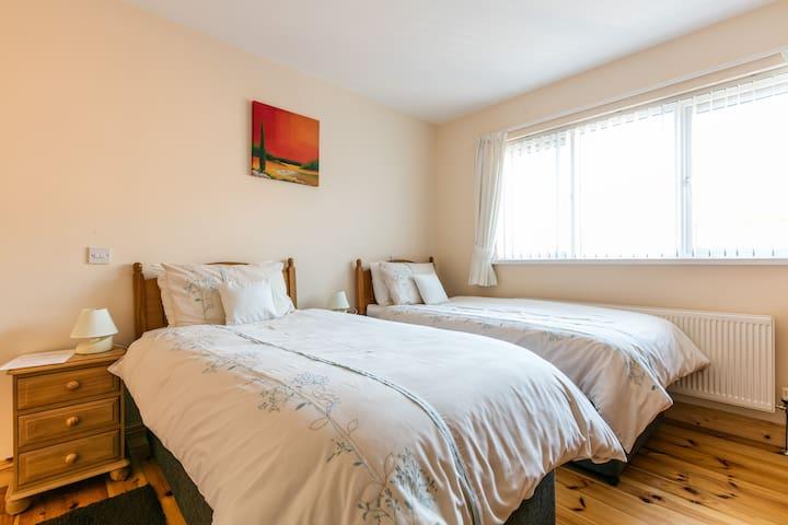 Amble In B&B Shimna room. 3 beds En-suite)
