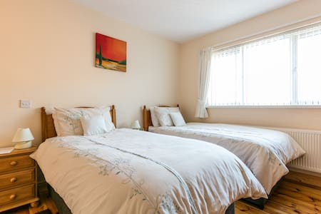 Amble In B&B Shimna room. 3 beds En-suite) - Newcastle - Bed & Breakfast