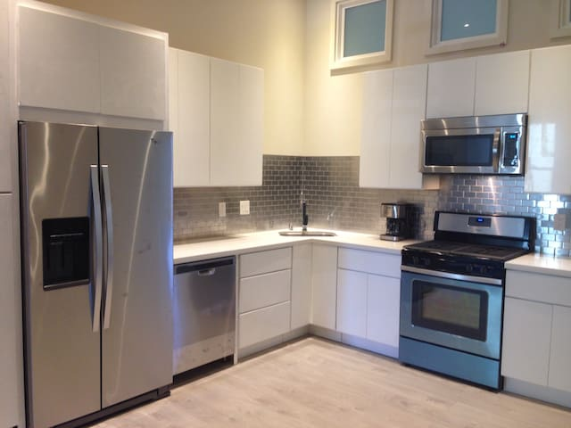 Ultra Modern Home in Central Location-30 Day Min