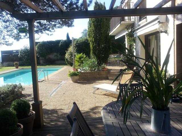 LES HOTES DE LASCAMPS 1 - Malemort-sur-Corrèze - ที่พักพร้อมอาหารเช้า