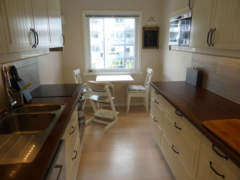 Kjøkken med alt en trenger, også oppvaskmaskin.
