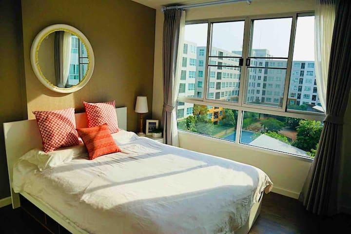 卧室一窗户风景